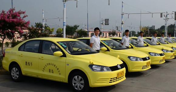 按《山东省机动车驾驶员培训费标准》规定的小型汽车操作培训基准价格
