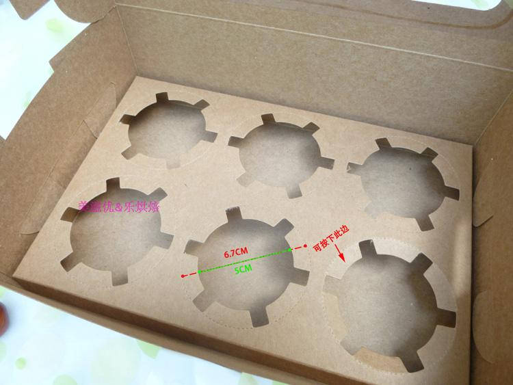 纸盒尺寸长23.8CM X宽15.8CM X高7.5CM纯牛皮纸裸色 配主图所示两款贴纸任一款(如果指定一款的话请跟客服说明);由于是花瓣状底板,可以沿虚线向下折;视纸杯的硬度与亲向下压边的程度而定可以放多大底径的纸杯(建议最大不超过6.5CM);以下图片的纸杯,底部直径为4.4CM,刚才很轻松的直接放下去,不松不紧;