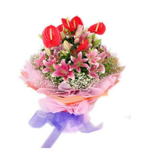 6枝红掌,6枝多头粉香水百合,满天星 包装 里层粉色,外层桔红色皱纹纸