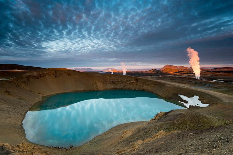 冰岛语里 viti 是地狱的意思,而这里的viti 火山湖却柔美而静谧.